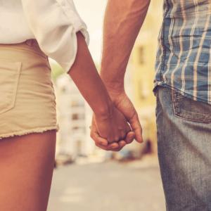 En mand og en kvinde holder i hånd
