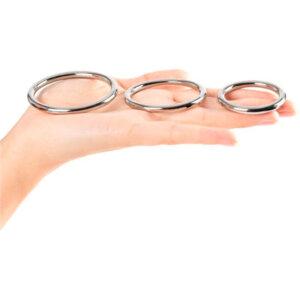 3 metallpenisringar i en hand