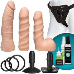 strap op sæt med illustration af indhold bestående af tre dildoer, tre o-ringe, to buttplug, anal glidecreme og anal douche
