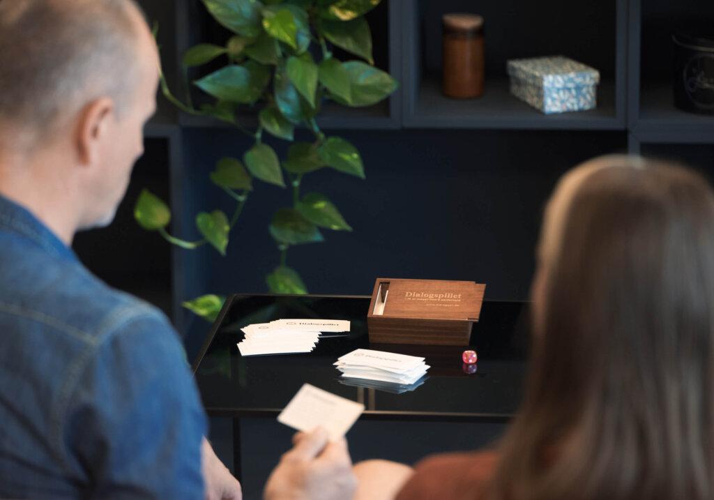 to mennesker der spiller dialogspillet